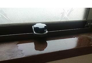 窓から雨漏りイメージ